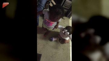 Kuzeninin yürümesine yardım eden sevimli bebek