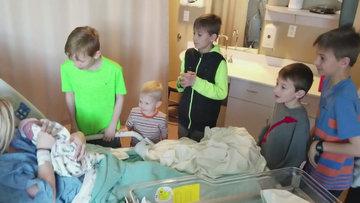 5 erkek kardeşin yeni doğan kız kardeşleriyle karşılaşma anları