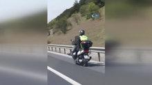 Trafikte bacak bacak üstüne atarak ilerleyen motosiklet sürücüsü kamerada