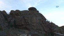 Köyün üzerinde bulunan dev kayalar köy sakinlerinin korkutuyor
