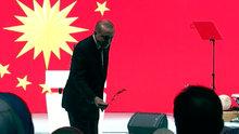 Cumhurbaşkanı Recep Tayyip Erdoğan kürsüdeki zeytin dalını eşine verdi