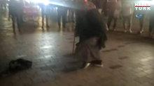 """İstiklal Caddesi'nde dilenci kadınlar, """"hasılatı"""" göbek atarak kutladı"""
