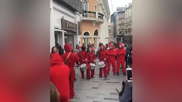 La Casa De Papel kostümleriyle Taksim'de canlı müzik