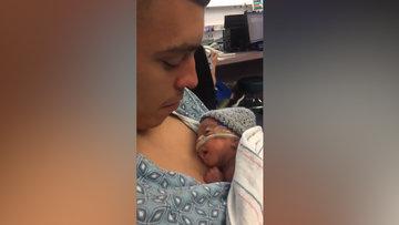 Dünyaya yeni gelen kızına öpücük konduran baba ve ufaklığın öpücüğe olan harika tepkisi