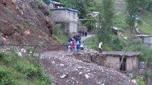 Dereye düşen çocuğu köylüler kurtardı