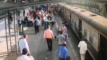 Küçük kız trenin altında kalmaktan böyle kurtarıldı