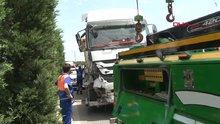 Hafriyat kamyonu otomobili bariyerlere sıkıştırdı