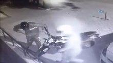 Demir kesme makasıyla zinciri kesip motosikleti çaldılar