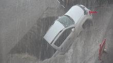 Erzurum'daki sel baskınında oluşan göçük otomobili böyle yuttu
