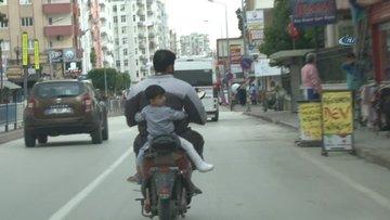 Suriyeli baba, bacağı kırık oğlunu böyle taşıdı