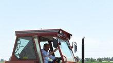 Muharrem İnce Uşak'ta çiftçi traktörüne mazot doldurdu