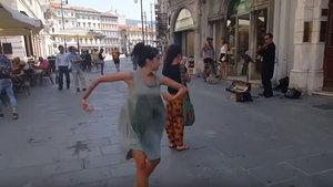 Rima Baransi adındaki Filistinli kız tatile gittiği İtalya'da babasının cesaretlendirmesiyle dans ediyor