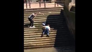 Merdivenlerden inmekten kendini alamayan adam