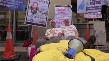 Fransa'da polislerden pijamalı protesto