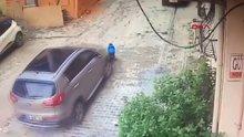 Annesinin aracının altında kalan küçük çocuğun kurtuluşu kamerada
