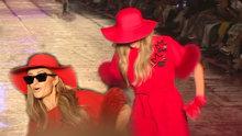 Paris Hilton Antalya'daki defilede düşme tehlikesi geçirdi