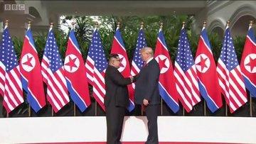 Donald Trump ve Kim Jong-un'un el sıkıştığı an