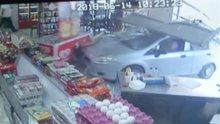 Otomobil büfeye girdi! Çay içerken ölümden döndüler