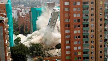 54 metrelik bina saniyeler içinde yerle bir oldu... İşte o anlar