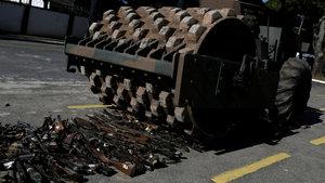 Brezilya'da silahlara veda... Üzerlerinden iş makinesiyle geçildi!