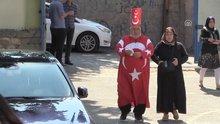 Türk bayraklı kıyafetiyle oy kullandı