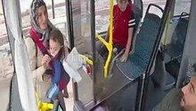 Otobüs şoförü minik çocuğun gözyaşlarına dayanamadı, kolu kırılan çocuğu hastaneye götürdü
