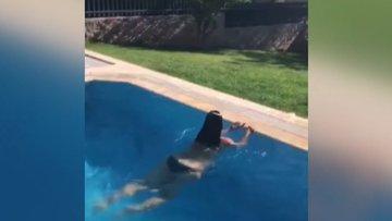 Hülya Avşarın havuz keyfi
