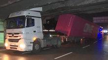 Unkapanı Köprüsü'nde kaza! TIR köprünün altına sıkıştı