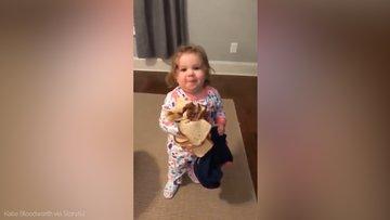 Mutfaktan ekmek aşıran küçük kız