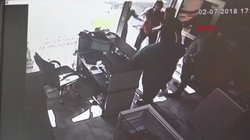 İş yeri sahibini sopalarla dövdüler, o anlar kamerada
