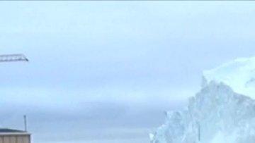 Kasabayı teğet geçen devasa buzdağı