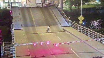 Bisikletli kadının zor anları! Açılan köprünün kanatları arasında sıkıştı
