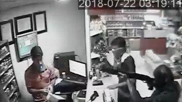 Akaryakıt istasyonundaki soygun güvenlik kamerasında
