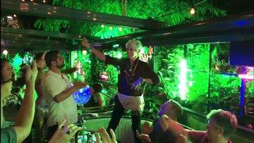 Protest şarkıcı Joan Baez masada göbek attı