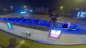 """İstanbul'da Ukraynalı gençlerin tehlikeli """"metrobüs sörfü"""" kamerada"""