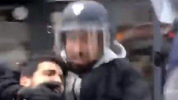 Koruması polis kaskı takıp eylemciyi dövdü! Macron topun ağzında