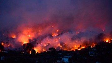 Yunanistan'da yangın: 'Denize kaçarak kurtulduk'