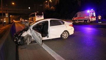 Adana'da otomobil bariyerlere çarptı