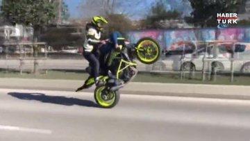 Sevgilisini sırtüstü motosiklete yatırıp tek teker üstünde gitti...O anlar kamerada