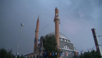 Yıldırım çarpmıştı! İki minare de yıkılacak