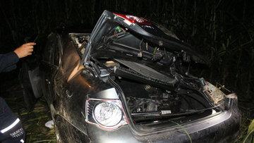 Kaza yapan sürücüyü telefon ışıklarıyla aradılar