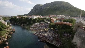 Nefesler tutuldu! 28 metre yükseklikteki Mostar Köprüsü'nden atladılar