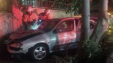 İzmir'de duvara çarpan otomobilde yangın çıktı