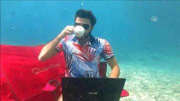 Oyuncu Burak Sevinç su altında kurulan çadırda çay içti