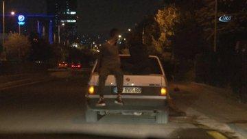 Ankara'da otomobil bagajı kapağı üzerinde tehlikeli yolculuk