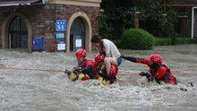 Çin'i sel vurdu! Otomobiller sular altında kaldı!