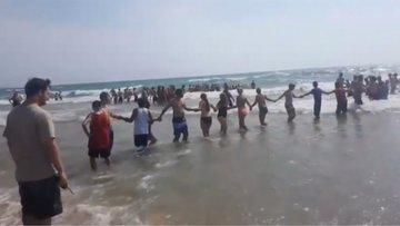 Kaybolan yüzücüleri bulmak için gölde insan zinciri oluşturdular