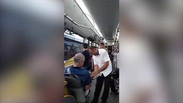 Otobüse binen yolcuları kolonyayla karşılayan İETT şoförü