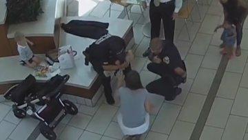 Boğazına tavuk parçası kaçan bebeği polis böyle kurtardı