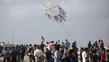 Filistinli çocuklardan protesto! Öldürülen arkadaşlarının fotoğraflarını gökyüzüne gönderdiler
